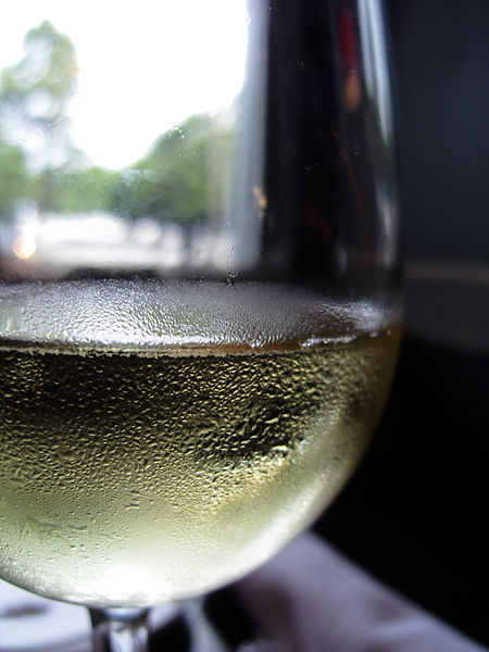 450px-Unidentified_white_wine_in_glass
