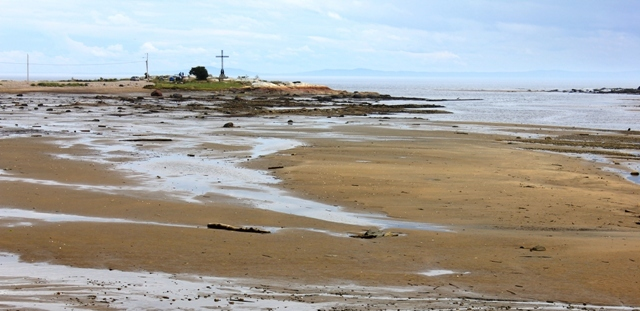 Low tide in the bay at Les Escoumins: the notorious unlit cross, who knew?