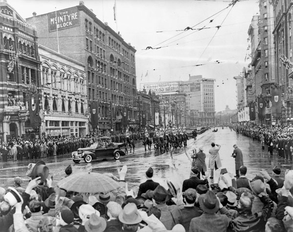 Crowds_of_Winnipeggers_wave_at_His_Majesty_King_George_VI_and_Her_Majesty_Queen_Elizabeth
