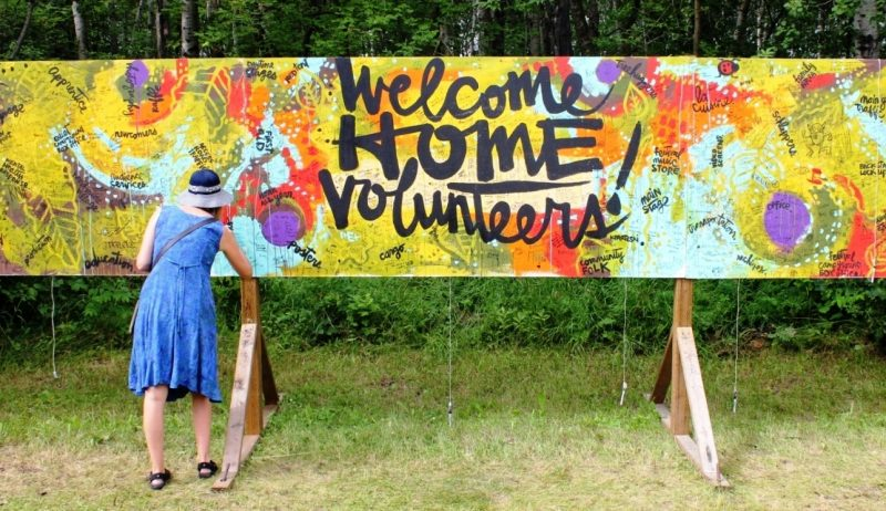 Folk Festival: volunteers leave their autographs on a billboard. /GREG PETZOLD